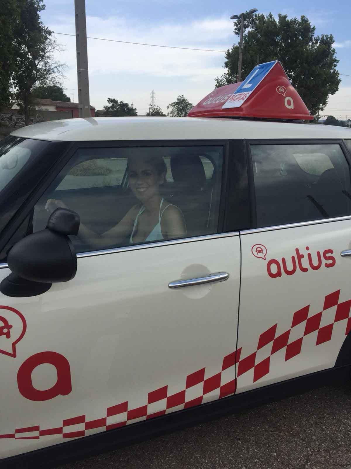 Cristina Gonzalez en un mini de autius autoescuela