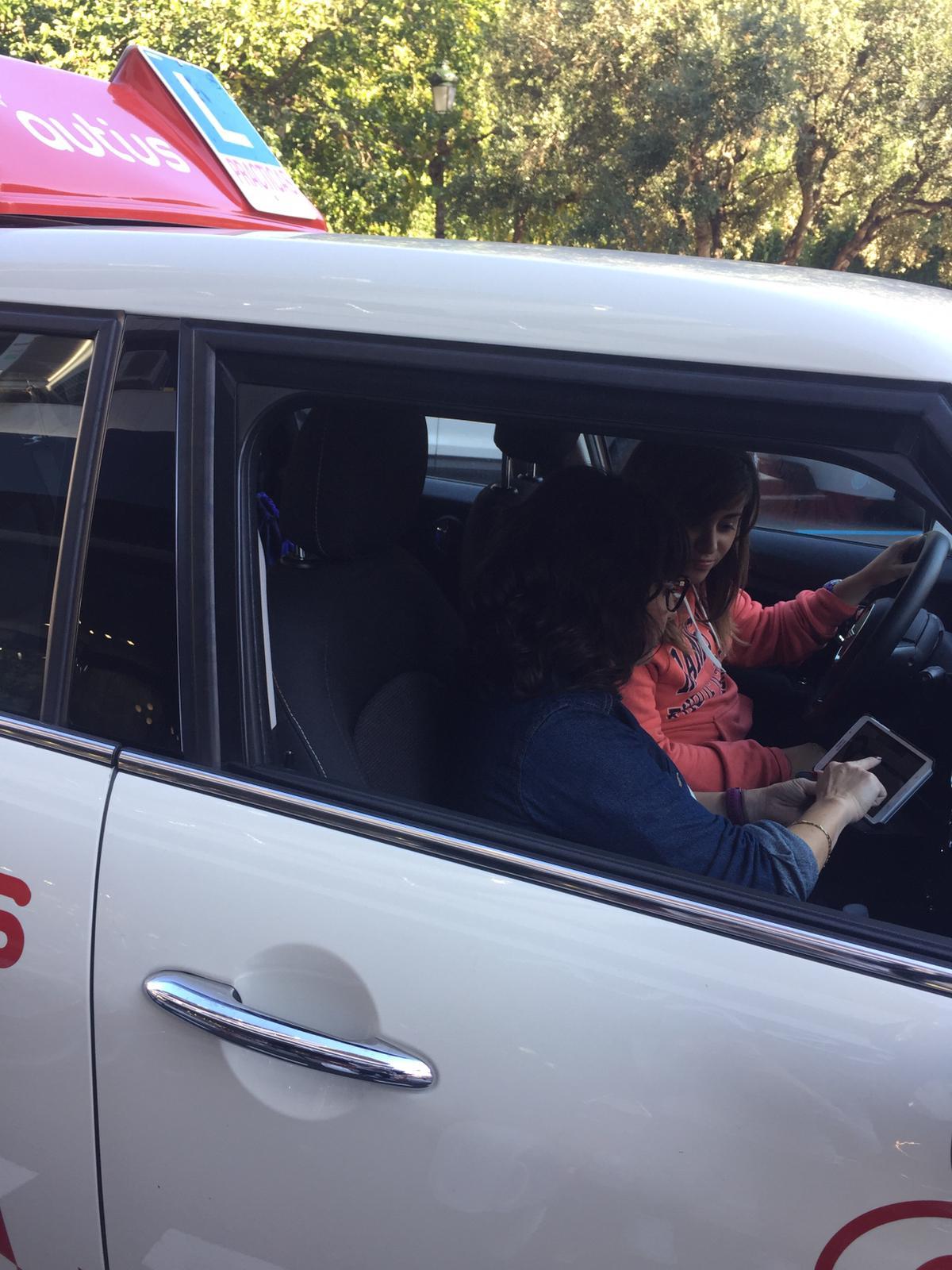Olga, profesora de autoescuela autius, dando clase práctica en el mini