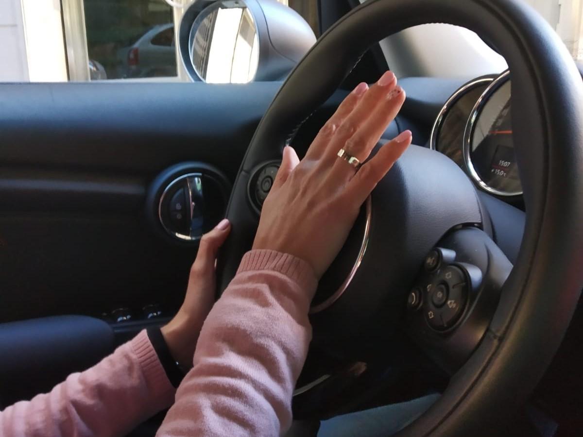Cuando usar el claxon del coche. Autoescuela autius