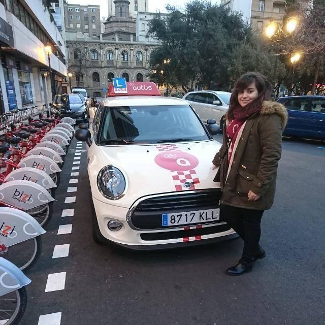Delia, alumna de autius autoescuela en Zaragoza con uno de nuestros minis