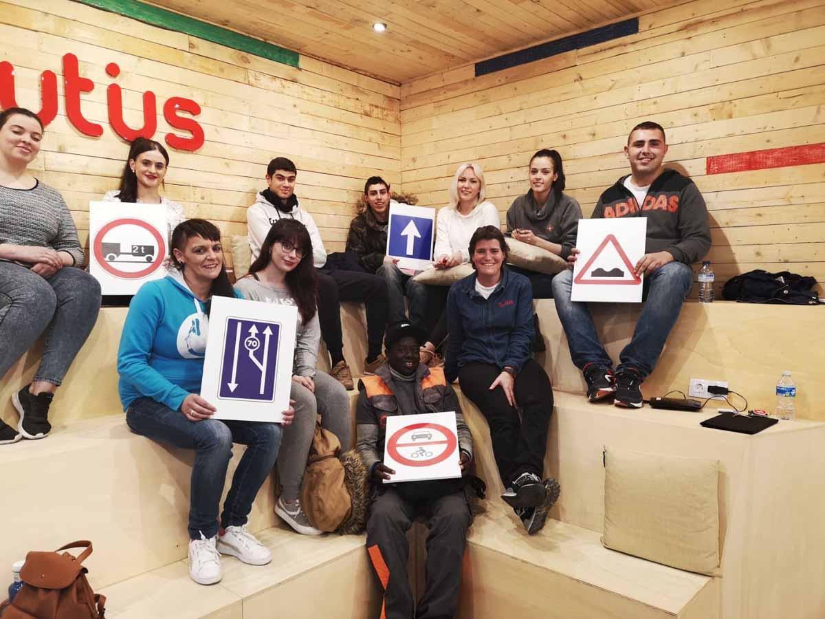alumnos en aula de autoescuela autius en Monzón