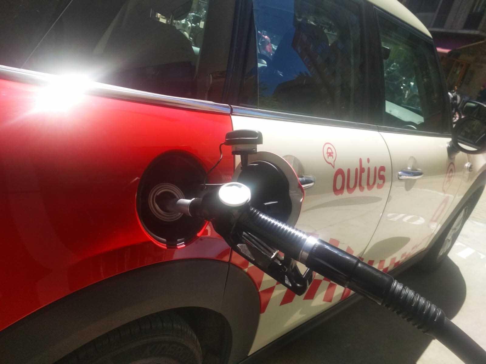 consejos para alquilar un coche en vacaciones combustible