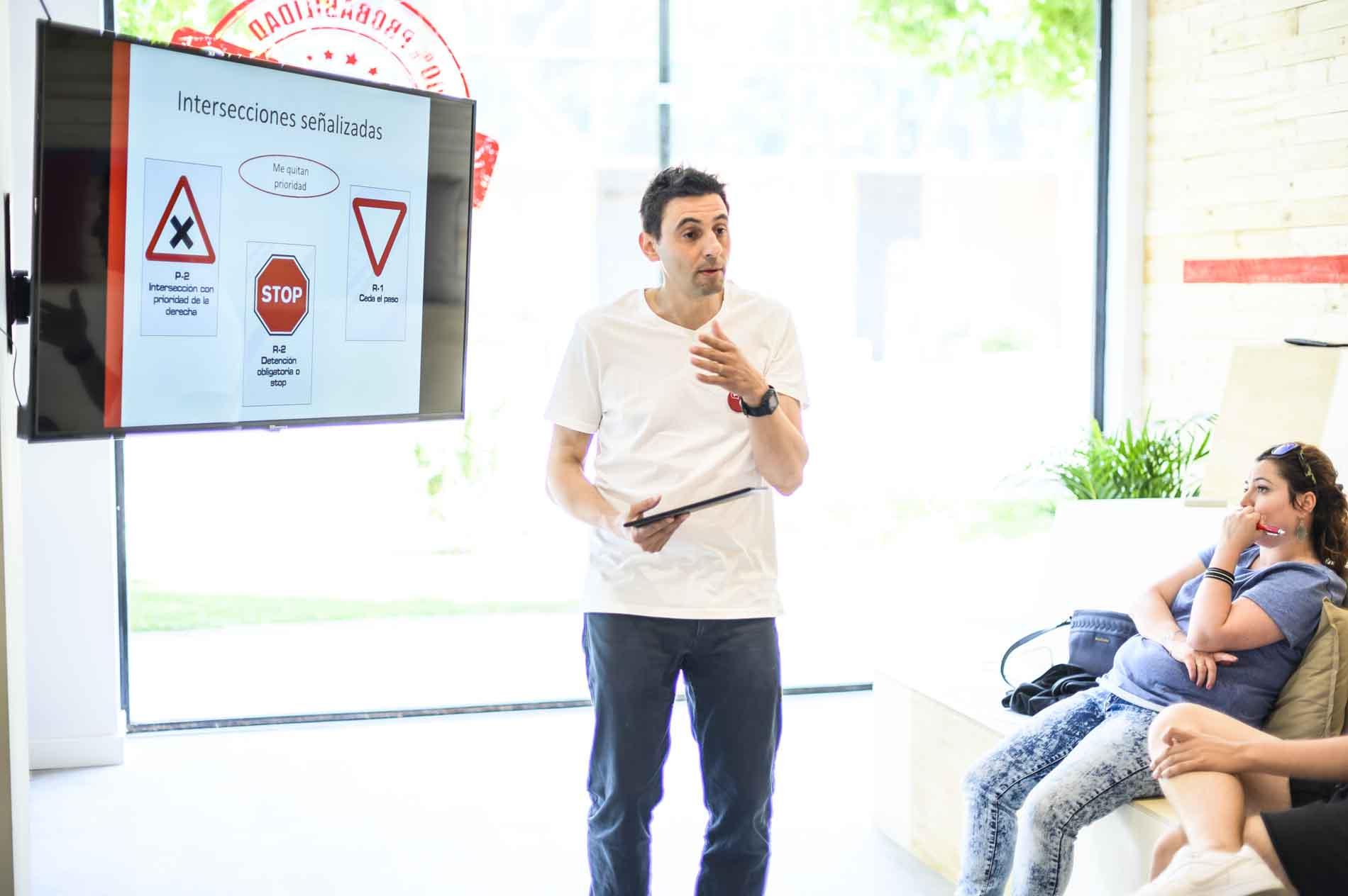Hector con alumnos en autoescuela autius del actur en Zaragoza